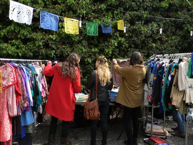 mujeres en busca de ropa