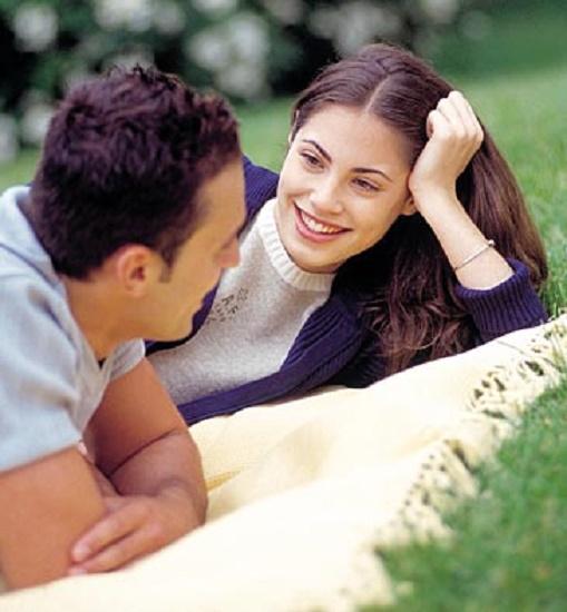 pareja-hablando-tranquilamente-365pd100108
