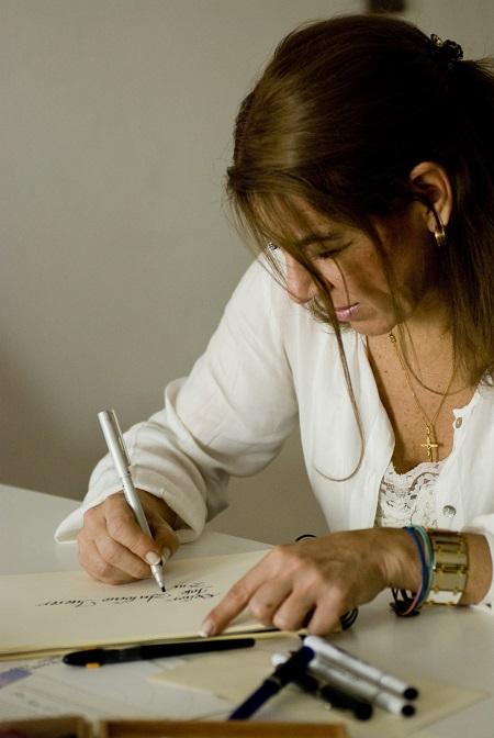 María Esther Moya, realiza caligrafía artística y doodling.