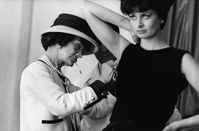 Coco chanel fue una de las impulsoras de los cuellos redondeados y el pelo corto en mujeres.