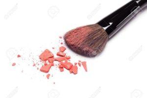43498894-Primer-plano-de-polvo-triturado-rubor-de-color-naranja-con-pincel-de-maquillaje-en-el-fondo-blanco-Foto-de-archivo