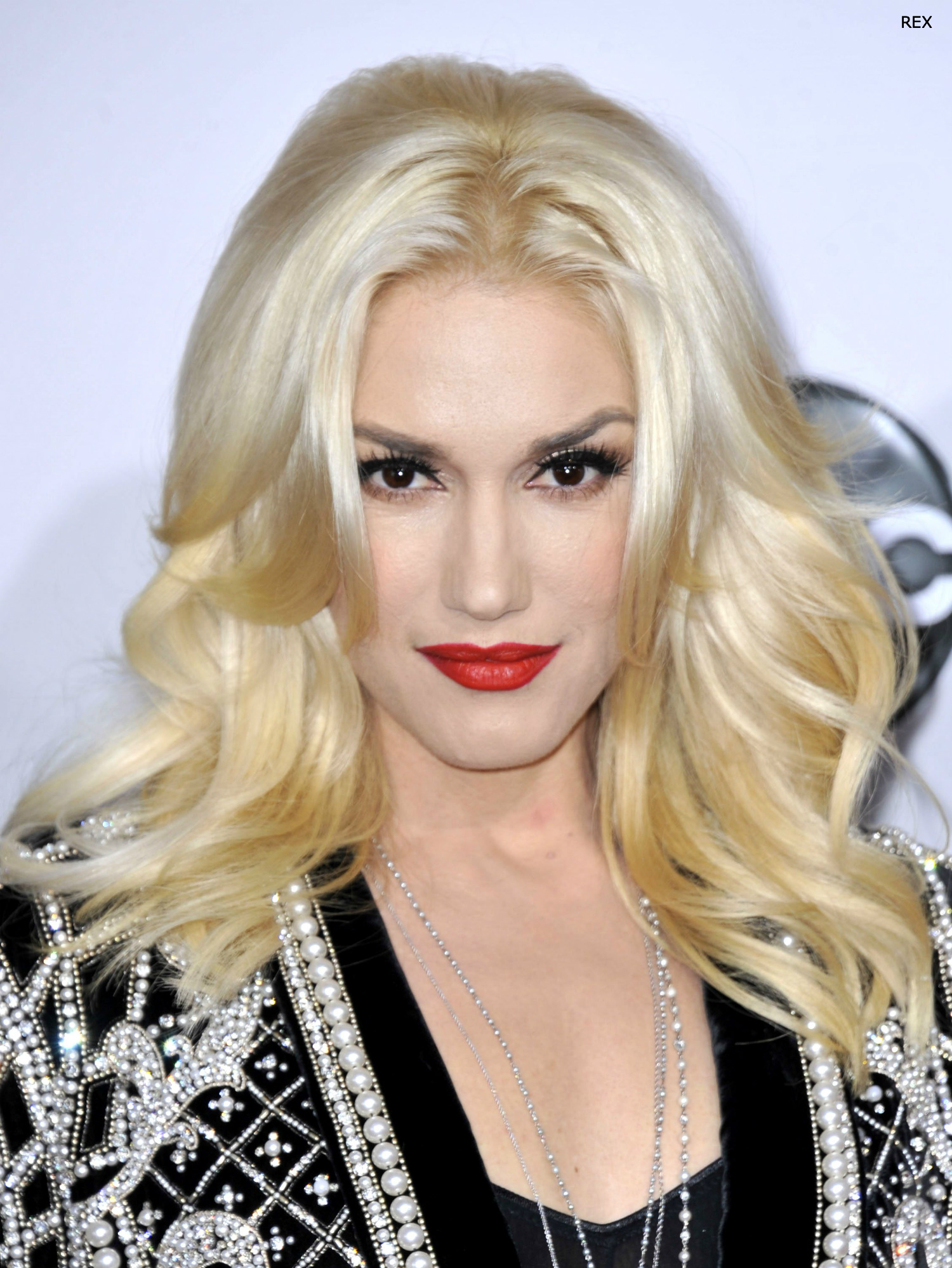 Gwen-Stefani-platinum-gold-long-hair